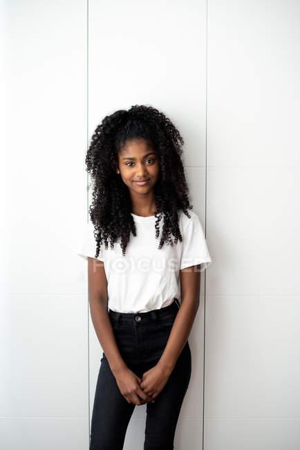 Ritratto di giovane adolescente nera che guarda nella fotocamera in uno sfondo bianco — Foto stock