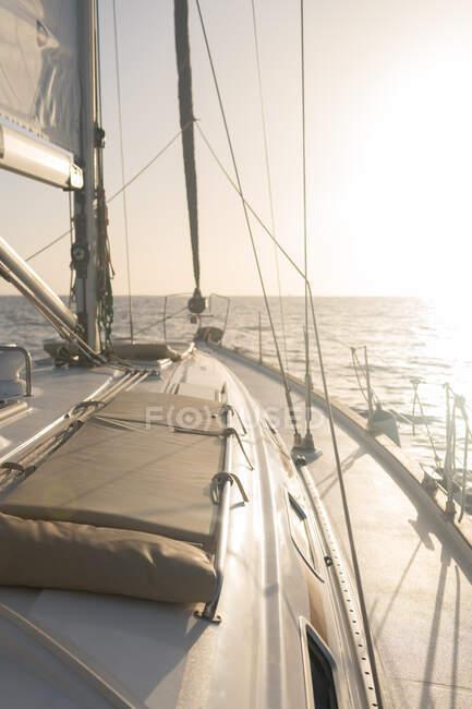 Assentos no nariz de barco caro flutuando no mar em dia ensolarado — Fotografia de Stock