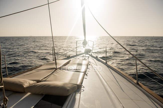 Sedili su naso di barca cara che galleggia su mare in giorno soleggiato — Foto stock