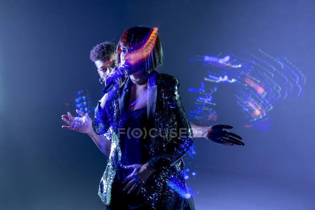 Сліди світла поблизу співака і танцюриста — стокове фото