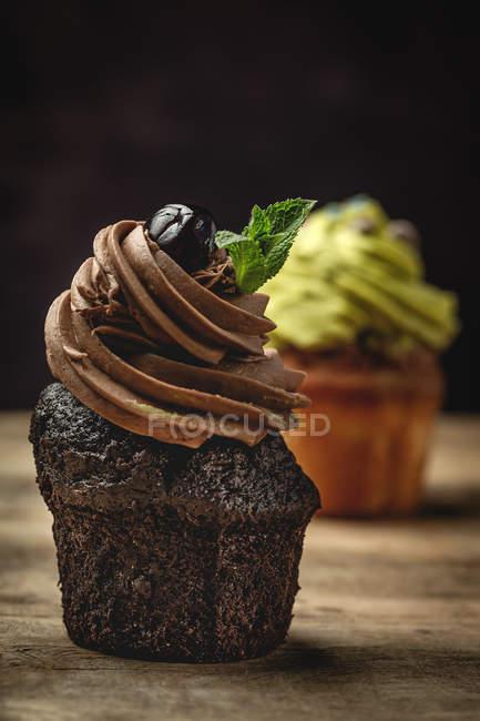 Délicieux chocolat maison et petits gâteaux à la menthe sur fond rustique flou — Photo de stock