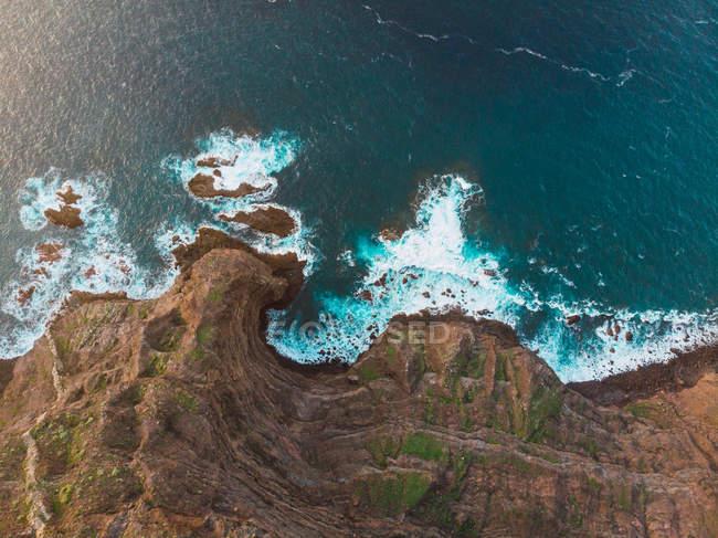 Vue par drone des falaises côtières avec des vagues d'océan, Espagne — Photo de stock