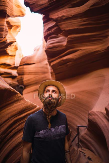 Бічний вид бородатого чоловіка, який оглядає дивовижні стіни ущелини під час подорожі західним узбережжям Уси. — стокове фото