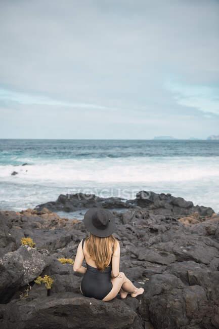 Чувственная женщина возле бурного моря — стоковое фото