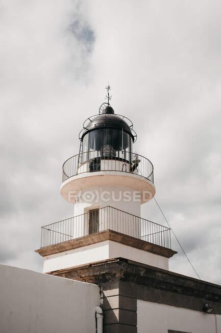 Du haut du phare moderne, face au ciel, par temps nuageux — Photo de stock