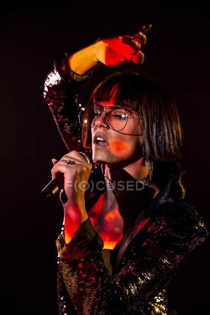 Стилістична жінка співає на сцені. — стокове фото