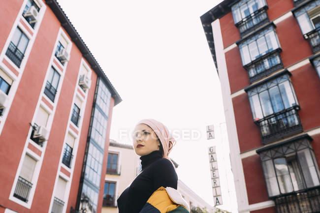 Молодая женщина позирует с раковой банданой — стоковое фото