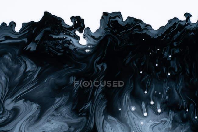 Flujo abstracto de pinturas líquidas en mezcla - foto de stock