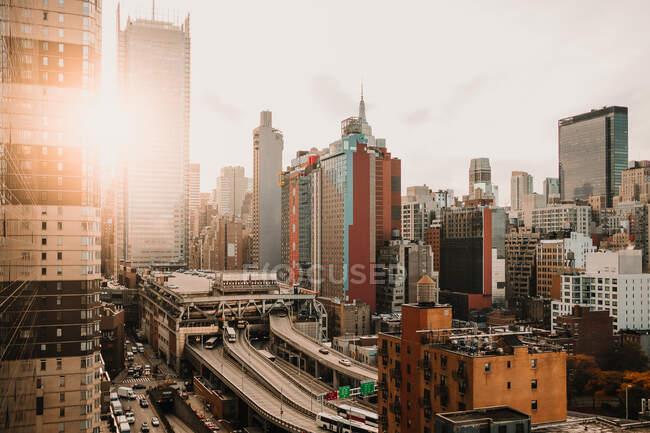 Вид міста Нью - Йорк з сучасними хмарочосами в районі освітлений яскравим сонячним світлом. — стокове фото