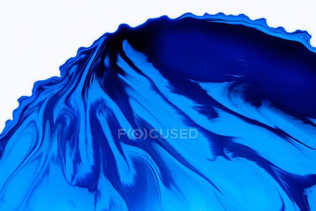 Extraction de peintures liquides dans un mélange à flux lent — Photo de stock