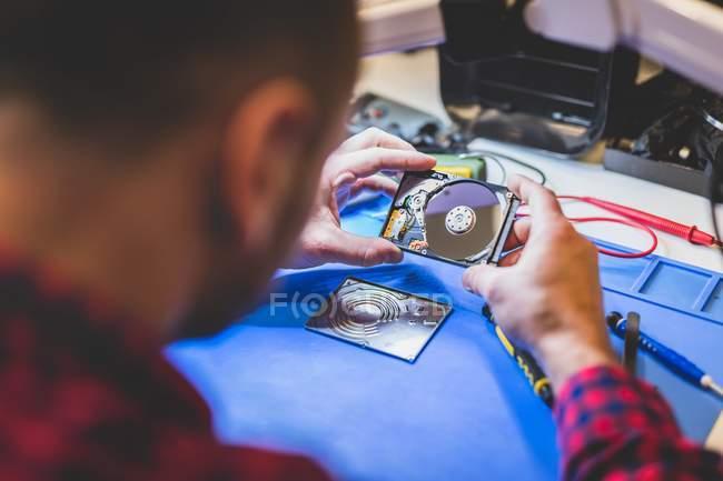 Крупный план ремонта жесткого диска на рабочем месте — стоковое фото