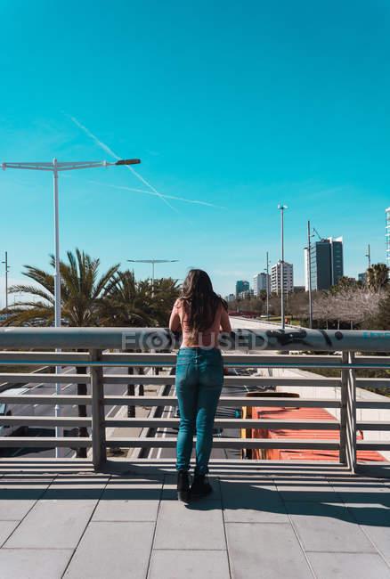 Teenie-Mädchen spaziert an einem sonnigen Tag glücklich durch die Straßen der Stadt — Stockfoto