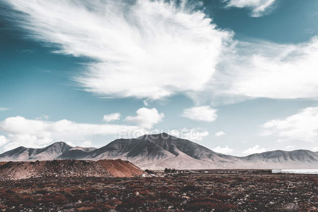 Picturesque view of valley and barren lands under amazing cloudy sky in Lanzarote, Canary Islands, Spain — Stock Photo
