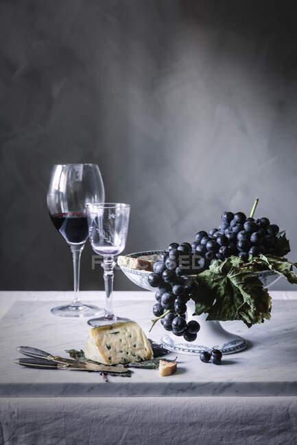 Виноград и вино на столе — стоковое фото