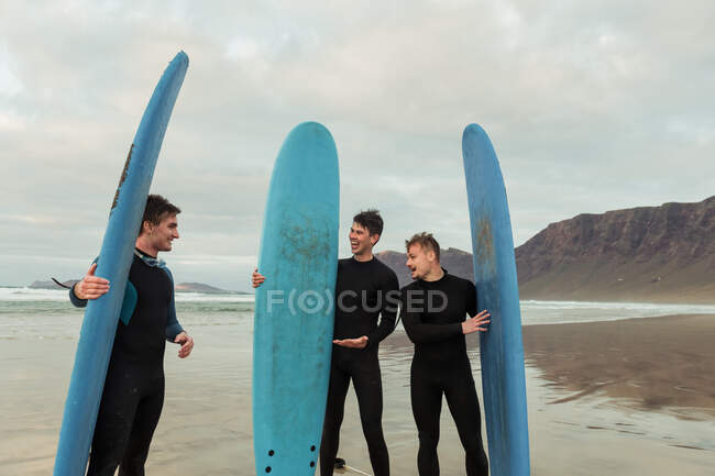 Excited men with surfboards — Stock Photo