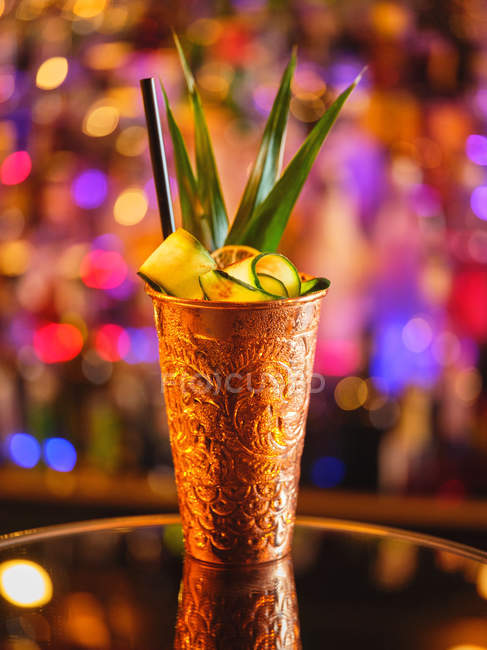 Coupe en métal avec cocktail de fruits — Photo de stock