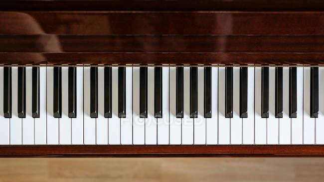 Vista dall'alto della tastiera del pianoforte in uno studio musicale — Foto stock