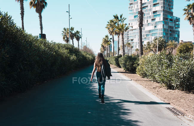 Teen girl walking happily through the streets of the city on a sunny day — Stock Photo