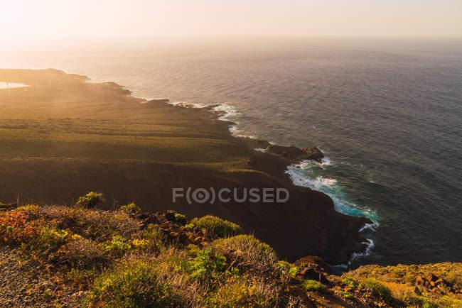 Vista do seashore na luz solar em Tenerife, Ilhas Canárias, Spain — Fotografia de Stock