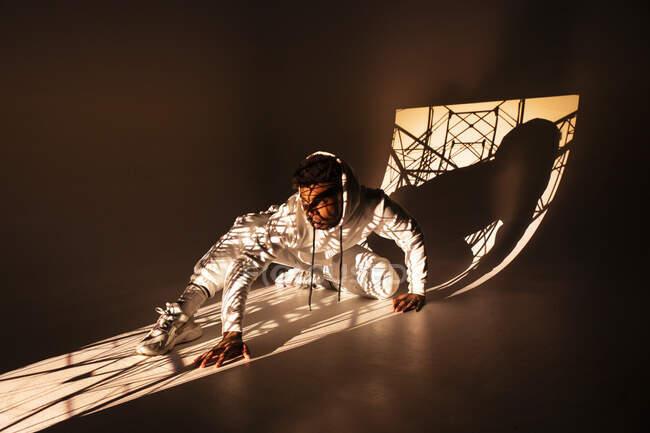 Чорна людина танцює під світлим світлом. — стокове фото