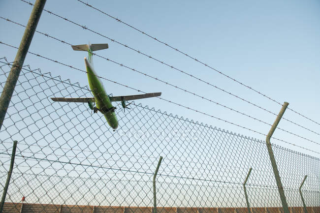 Plane behind security fence — Stockfoto