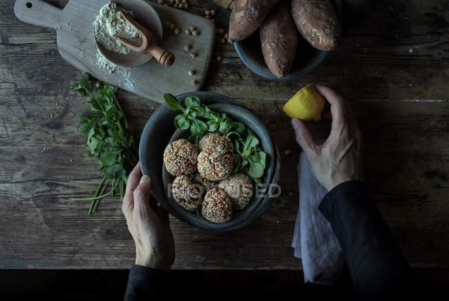 Человек в хлебных крошках сладкий картофель — стоковое фото