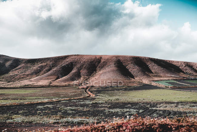 Picturesque view of valley and barren hills in Lanzarote, Canary Islands, Spain — Stock Photo