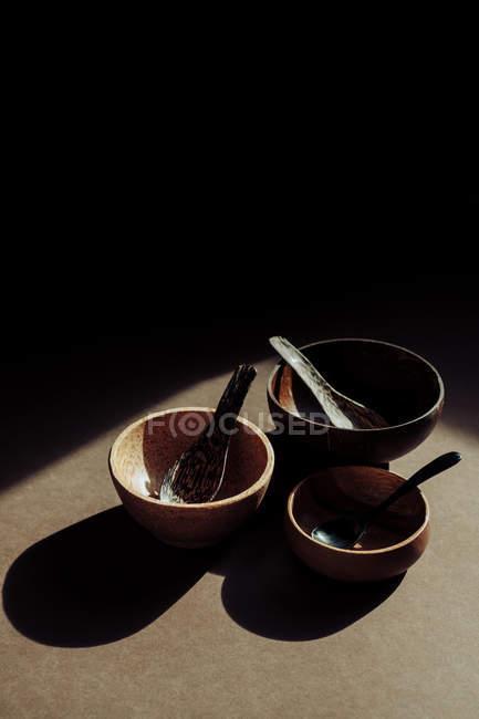 Jogo de colheres e de bacias de madeira handmade na mesa — Fotografia de Stock