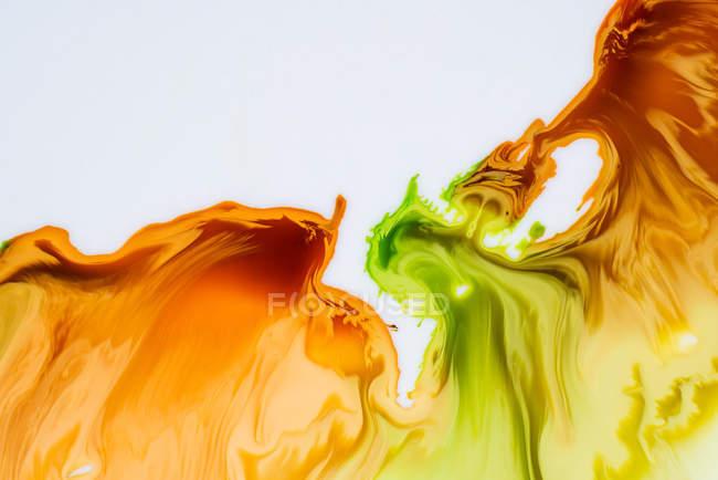 Abstraction des peintures liquides dans le flux de mélange lent mélangeant ensemble — Photo de stock