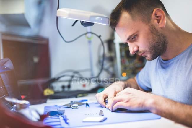 Riparazione mirata smartphone con saldatura sul posto di lavoro — Foto stock