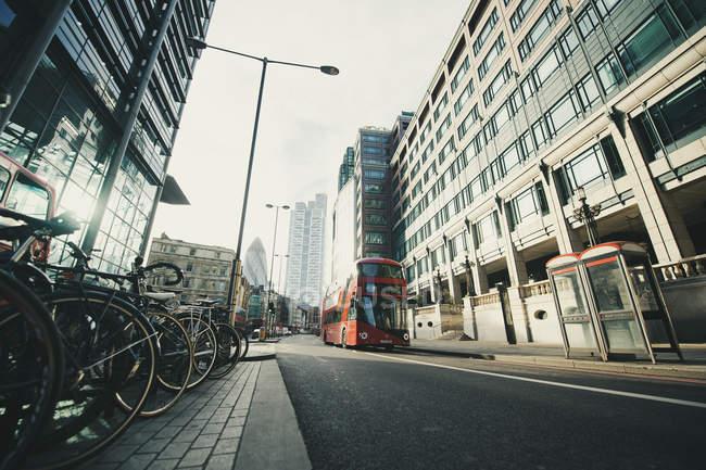 Parking rouge pour bus et vélos sur la rue de la ville à Londres — Photo de stock