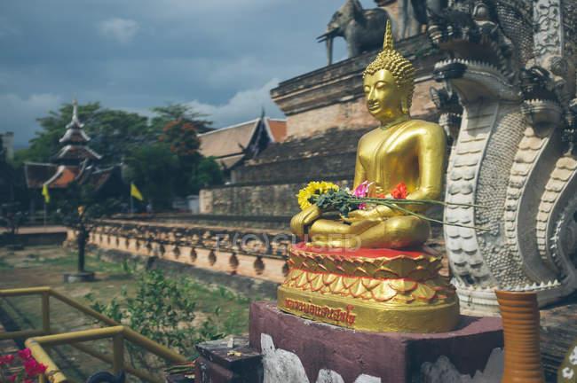 Statue de bouddha doré près du vieux temple — Photo de stock