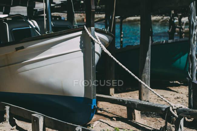 Крупный план лодок, стоящих на якоре в солнечный день — стоковое фото