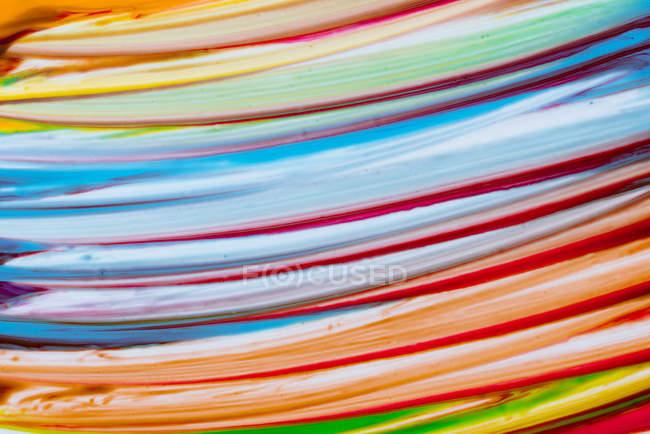 Coups de pinceau multicolores de couleurs acryliques sur toile blanche — Photo de stock