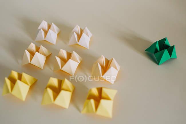 Juego de papel amarillo y verde origami - foto de stock