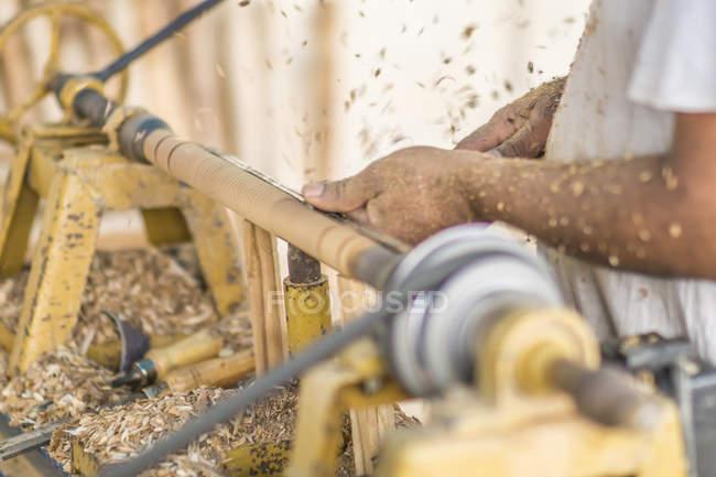 Nahaufnahme männlicher Hände, die Details herstellen und Holzbearbeitungsmaschinen am Arbeitsplatz verwenden — Stockfoto