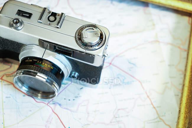 Винтажная фотокамера на столе — стоковое фото