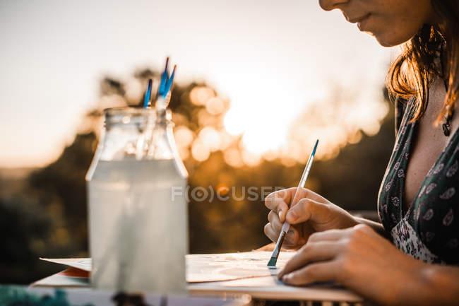 Frau malt auf Terrasse — Stockfoto