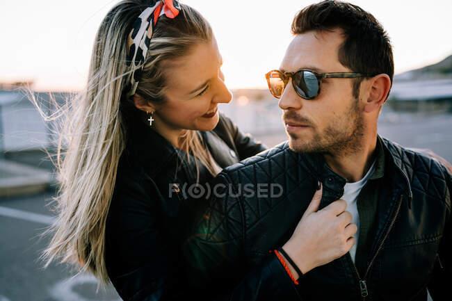 Счастливая пара на мотоцикле — стоковое фото