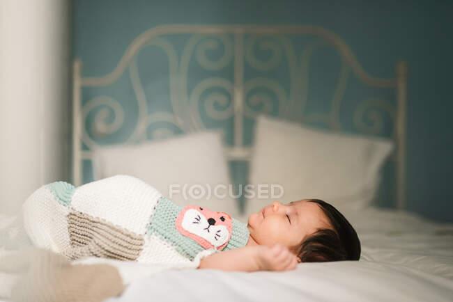 Миле дитя спить на ліжку. — стокове фото