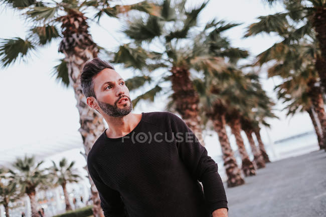 Дорослі красиві елегантні веселий чоловік у повсякденному вбранні дивлячись на місто вулиці — стокове фото