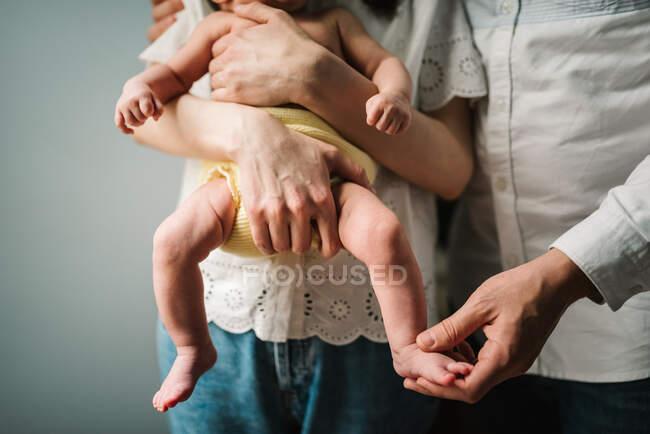 Cultivo padres reconfortante llorando bebé - foto de stock