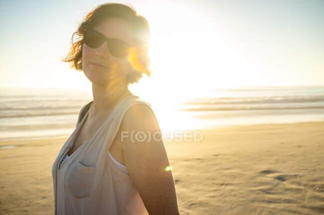 Bella femmina vicino al mare ondulante — Foto stock