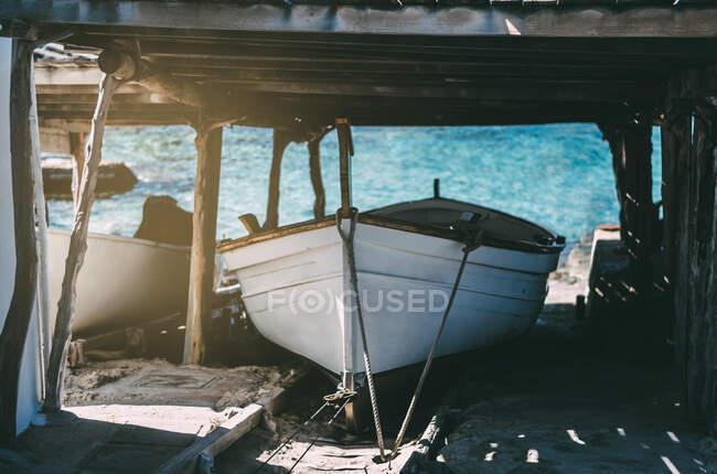 Лодки, стоящие на якоре — стоковое фото