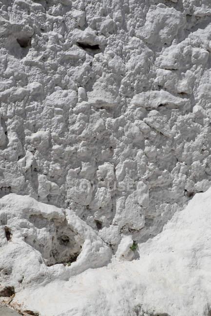 Parede de cimento branco danificado do edifício — Fotografia de Stock