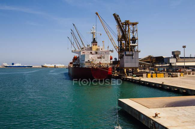 Корабель у контейнерному терміналі біля моря. — стокове фото
