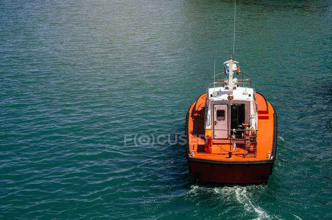 Лодка в спокойной воде — стоковое фото