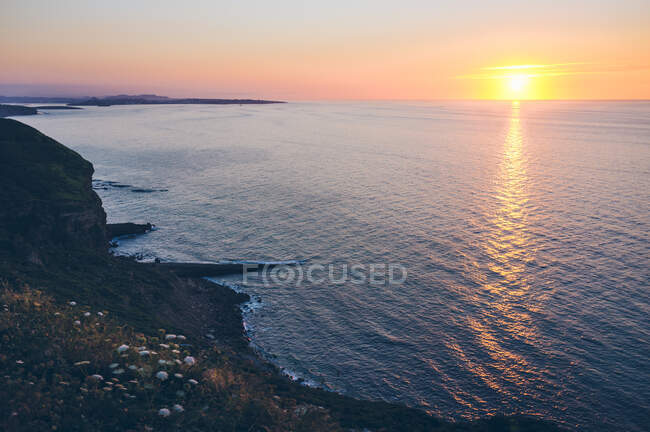 Bright evening sun setting over rippled sea in wonderful evening in majestic Cantabria, Spain — Stock Photo