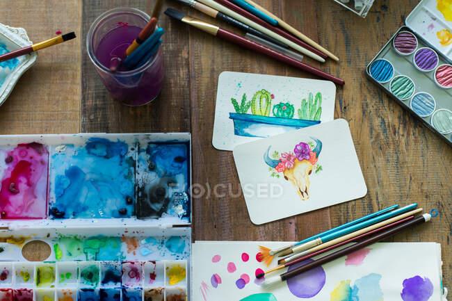 Pintura de artista latino com aquarela em seu estúdio — Fotografia de Stock