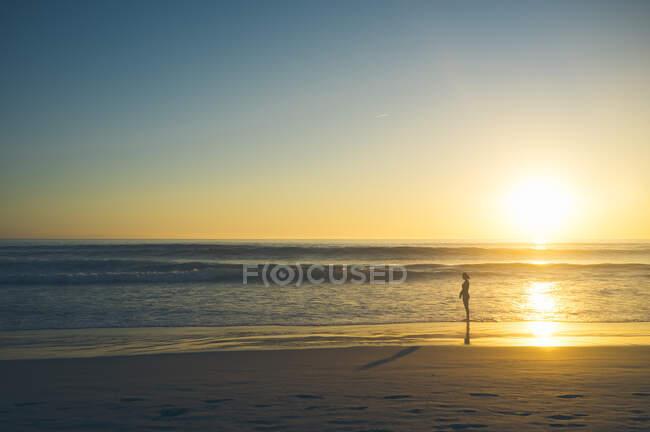 Femme près de la mer ondulante — Photo de stock